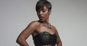 Mulher negra da raça misturada no vestido preto do eather no tiro do estúdio imagem de stock royalty free