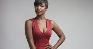 Mulher negra da raça misturada no vestido vermelho que dança e que levanta à câmera fotos de stock royalty free