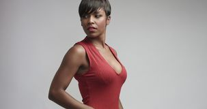 Mulher negra da raça misturada no vestido vermelho que dança e que levanta à câmera fotos de stock