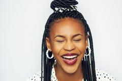 Mulher negra elegante de riso com os olhos fechados Foto de Stock Royalty Free