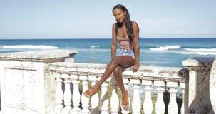 Mulher negra na cerca no mar filme