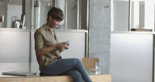 Mulher negra nova bonito no escritório do estilo do sótão imagens de stock