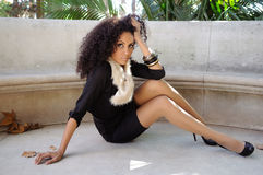 Mulher negra nova, penteado afro, no fundo urbano Imagem de Stock Royalty Free