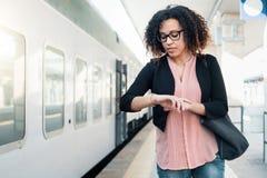Mulher negra nova que espera o trem fotos de stock