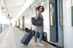 Mulher negra nova que espera o trem Foto de Stock