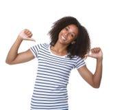 Mulher negra nova que sorri com sinal dos polegares Imagens de Stock