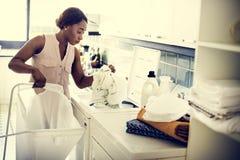 Mulher negra que faz a lavanderia imagens de stock royalty free