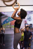 Mulher negra que faz o exercício de mergulho Foto de Stock Royalty Free