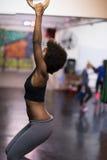 Mulher negra que faz o exercício de mergulho Imagens de Stock Royalty Free
