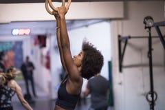 Mulher negra que faz o exercício de mergulho Imagem de Stock Royalty Free