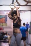 Mulher negra que faz o exercício de mergulho Fotografia de Stock Royalty Free