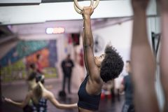 Mulher negra que faz o exercício de mergulho Imagens de Stock