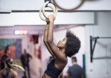 Mulher negra que faz o exercício de mergulho Foto de Stock