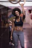 Mulher negra que faz o exercício de mergulho Fotos de Stock Royalty Free