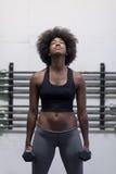 Mulher negra que faz ondas do bíceps imagem de stock royalty free