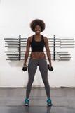 Mulher negra que faz ondas do bíceps imagem de stock