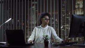 Mulher negra que trabalha no escritório Fotografia de Stock Royalty Free