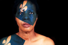 Mulher negra que veste a bandeira de Quebeque Imagens de Stock