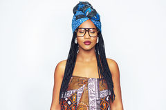 Mulher negra vestida étnica atrativa com os olhos fechados Fotos de Stock Royalty Free