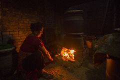Mulher nepalesa que trabalha em sua oficina da cerâmica Fotos de Stock Royalty Free