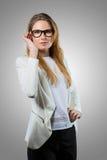 Mulher nerdy bonito no vestuário desportivo fotografia de stock royalty free