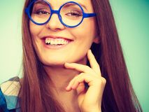 Mulher nerdy de sorriso feliz em vidros estranhos fotografia de stock royalty free