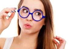 Mulher Nerdy que mostra fazendo a cara engraçada Fotografia de Stock