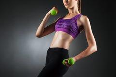 Mulher anônima bonita que faz exercícios do bíceps imagens de stock