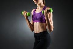 Mulher anônima bonita que faz exercícios do bíceps fotos de stock