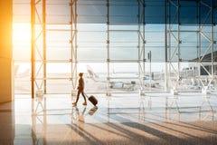 Mulher no aeroporto Foto de Stock Royalty Free