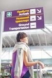 Mulher no aeroporto fotos de stock royalty free