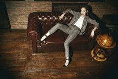 Mulher no apartamento luxuoso imagem de stock