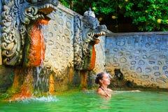 Mulher no ar natural Panas Banjar da mola quente em Bali foto de stock