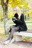 Mulher no assento preto no banco foto de stock
