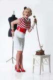 Mulher no atelier do alfaiate fotografia de stock