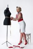 Mulher no atelier do alfaiate Foto de Stock Royalty Free