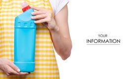 Mulher no avental no teste padrão detergente dos produtos químicos de agregado familiar do toalete doméstico das mãos fotografia de stock royalty free