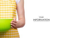 Mulher no avental no teste padrão plástico da bacia da cozinha das mãos fotografia de stock