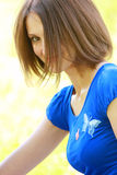 Mulher no azul com franja longa Fotos de Stock Royalty Free