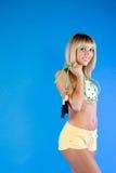 Mulher no azul que prende uma corda de salto Fotografia de Stock Royalty Free