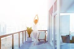 Mulher no balcão perto do banheiro imagens de stock royalty free