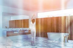 Mulher no banheiro de mármore do assoalho foto de stock royalty free