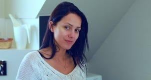 Mulher no banheiro que sorri à câmera video estoque
