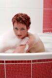 Mulher no banho de bolha imagens de stock