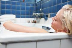 Mulher no banho de relaxamento fotografia de stock