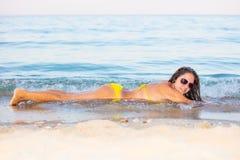 Mulher no biquini amarelo na praia fotografia de stock royalty free