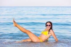 Mulher no biquini amarelo na praia fotos de stock royalty free