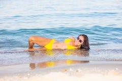 Mulher no biquini amarelo na praia imagens de stock