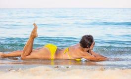 Mulher no biquini amarelo na praia fotografia de stock