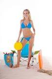 Mulher no biquini azul na praia Fotografia de Stock Royalty Free
